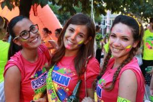 tre giovani e belle partecipanti di fluorun